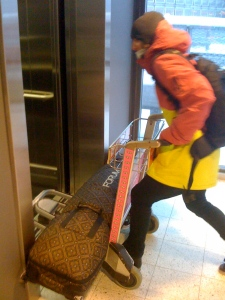 thats the way how simon carries his boardbag through the airport...first problems, the elevator